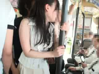 Innocent mazulīte sagrupētas par a autobuss