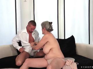Krūtainas vecmāte enjoys karstās sekss ar viņai boyfriend