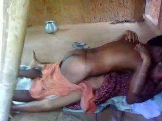 Novice 印度人 pair shagging 在 他们的 outhouse