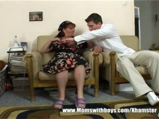Зріла леді rewards хлопець для прибирання