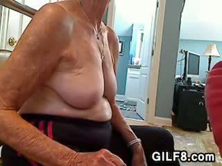 Szőke nagyi gives egy leszopás
