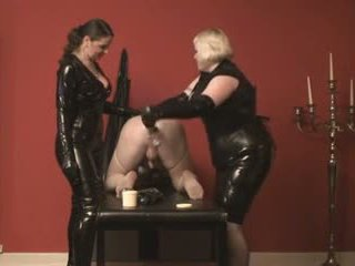 Pingle slave fisted av 2 mistresses