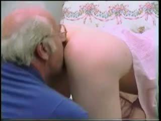 Oud man has een mooi tiener op zijn piemel