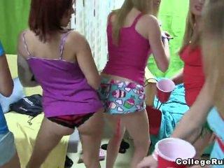 A grupė apie miela merginos striping onto camera
