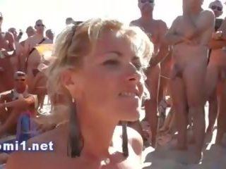 Naomi zuigen publiek strand stranger, gratis porno bd