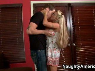 Künti blondinka momma holly halston enjoys the hard wang dipping in her mouth