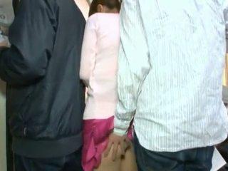 সুন্দর কোরিয়ান teenager having তার বাদামী চোখ এবং coochie touched মধ্যে crowded বাস