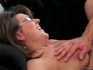 Muda guy fucks seksi nenek