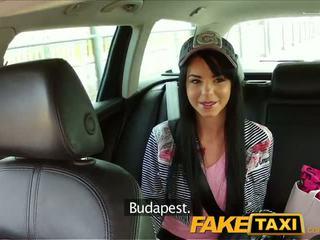 Faketaxi taxi driver convinces ดำ haired hottie ไปยัง ดูด ของเขา หำ