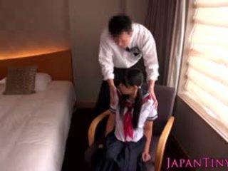 Micuta japonez scolarita inpulit de afaceri om