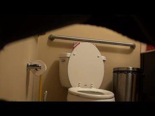 Dicukur fitnes gadis tertangkap di toilet! video