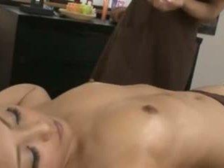 A ýapon masseuse and her client