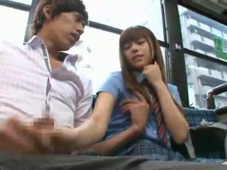 Rina rukawa sleaze kórejské fuzz gives a kiss onto a autobus