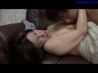 ناضج امرأة getting لها أشعر كس fingered بواسطة guy في ال أريكة في ال sitting غرفة