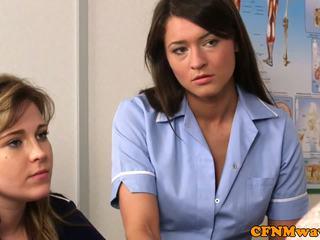 Ubrane kobiety i nadzy mężczyźni pielęgniarka nadia elainas pacjent cums