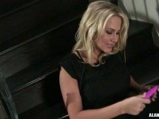 Krūtainas karstās mazulīte alanah rae gets pārāk seksuālā līdz rokturis par the stairs par an darbība