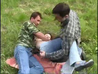 Nuori tyttö raped mukaan two guys sisään the metsä