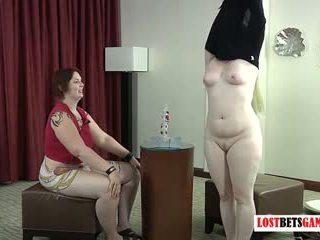 Two debelušne lezbijke predvajanje a visoko tveganje igra od strip