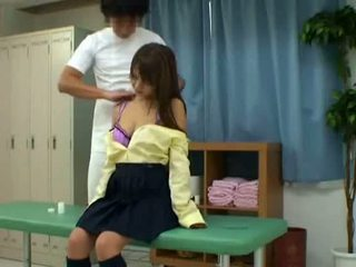 Schoolmeisje bedrogen door schooldoctor