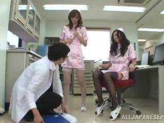 Punto de vista 3 algunos juntos alrededor two agraciado china nurses