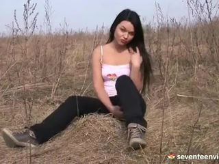 Masturbándose dentro la grass