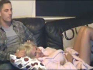 Mãe e filho apanhada por escondido cammera