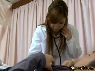 Patsient gets raske kui aasia meditsiiniõde examines