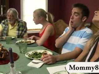 嬌小 青少年 在 一 三人行 同 繼母