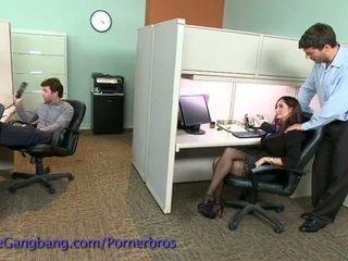 Coworkers kraft ein double penetration auf sie
