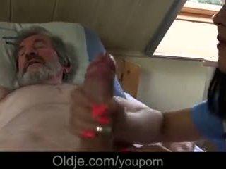 Хворий дідусь gets спеціальний лікувати від молодий медсестра