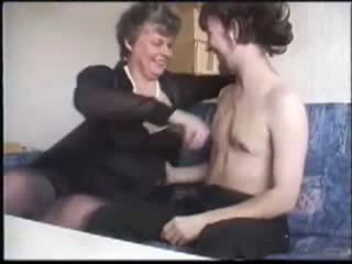 Läkkäämpi seduces nuori guy kanssa porno