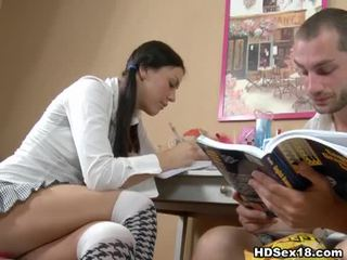 Ung brunett turns studying till het kön