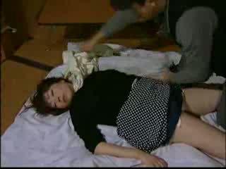 Japans huisvrouw knocked uit door intruder en har video-