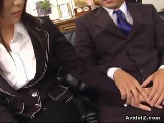 Sexy secretara satomi maeno touches an urat penis!