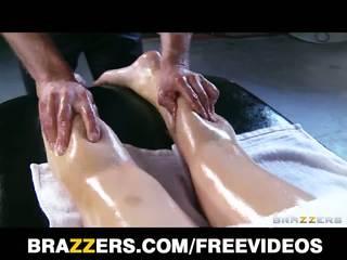 Abbey brooks gets naolejované hore & rubbed dole podľa ju masseur
