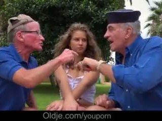 Curly đốm girly là getting bẩn với two xưa men