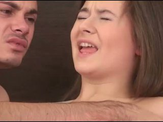 Virgin cô gái sucks một con gà trống