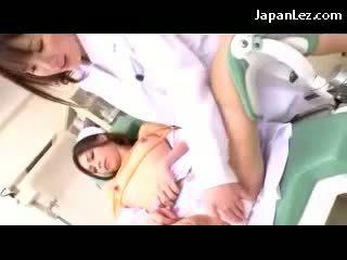 Медицинска сестра целувки getting bondaged зърна и путка rubbed от на лекар на на стол в на болница