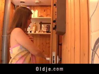 Grey oud man seduced door teeny meisje in de sauna fucks nat poesje <span class=duration>- 6 min</span>