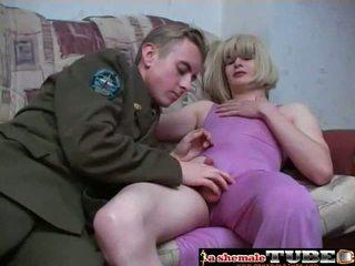 Persirenginėjimas į purple suknelė pleases jos vyras