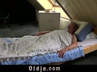 성적 젊은 주의 용 a 가난한 늙은 사람