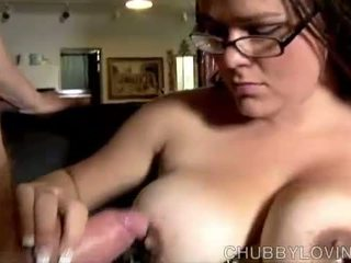 Chubby babe gives a great blowjob