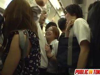 Koulutyttö gives a runkkaus päällä the bussi
