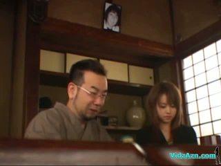 Asiatique fille getting son tétons sucked chatte licked fingered stimulated avec vibromasseur sur la mattress en la salle