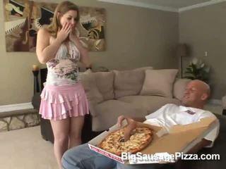 Chutné bruneta doing fajčenie a titsjob pre pizza guy s pizza na