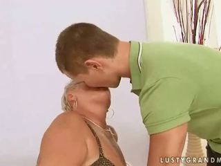 Дебели баба enjoys секс с а момче