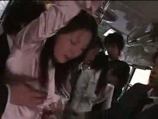 Japonská dívka vynucený na vlak