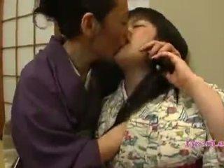 الآسيوية في سن المراهقة في kimono gets لها الثدي licked