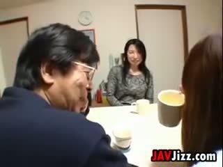 Giapponese milf masturbare a il tavolo