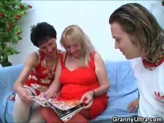 Pair grannies having e pisët